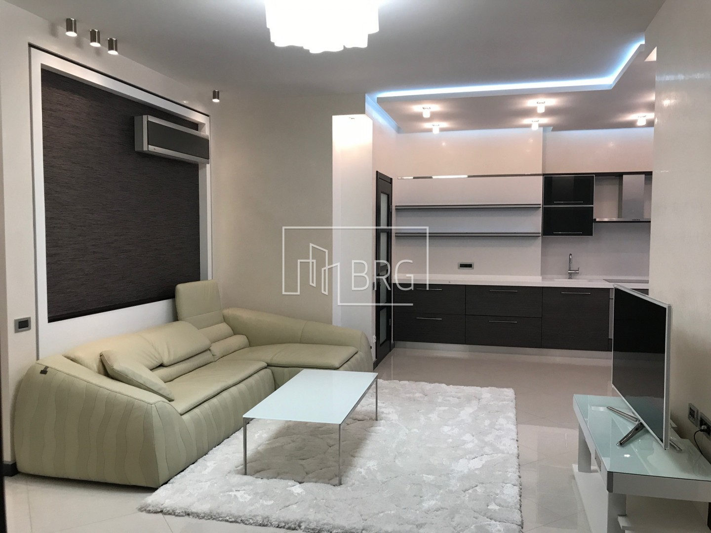 "3 room apartment, ""Novopecherskie Lipki"". Kiev"