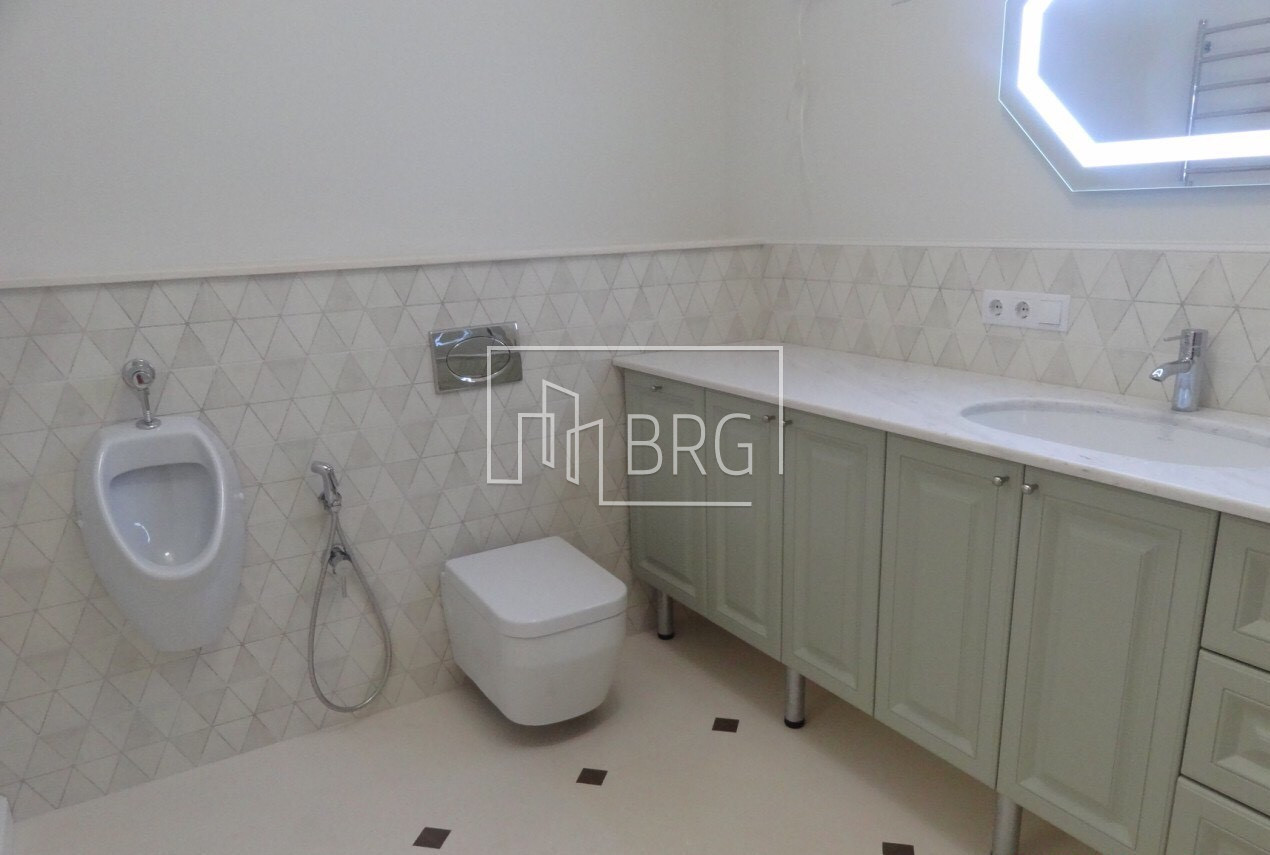 The apartment is 110m Podolsky district. Kiev