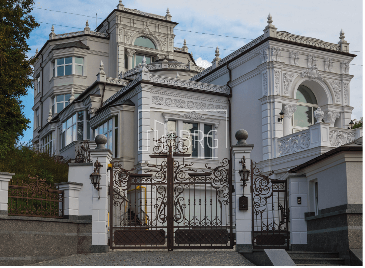 White House on Pechersk in classic style 1000m. Kiev