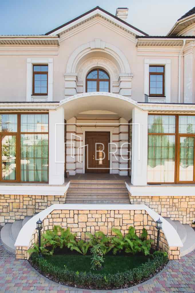 House 745m with access to the Dnieper on Osokorki. Kiev