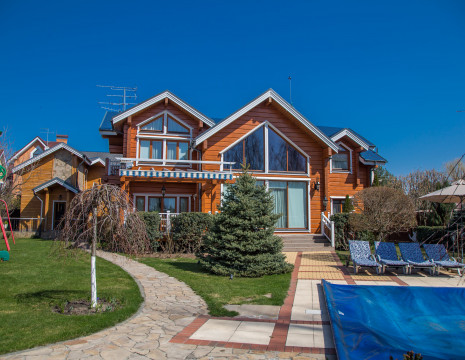 Eco House 520m overlooking the reserve on the banks of the Kozinka River. Kiev region
