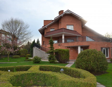 House KG Golden Gate 536m with a tennis court and access to the river Kozinka. Kiev region